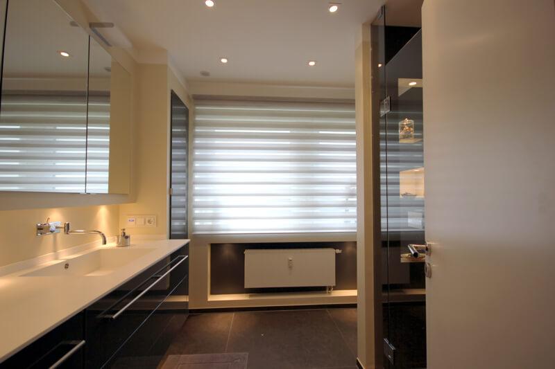 Badezimmer mit Mineralwerkstoff Waschtischplatte, Vola Armatur und Kerlite Fliesen