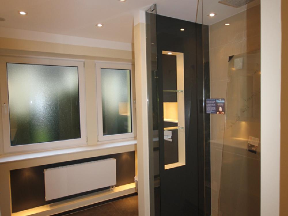 Badezimmer mit Mineralwerkstoff Waschtischplatte, Vola Armatur, Kerlite Fliesen und Walk In Dusche