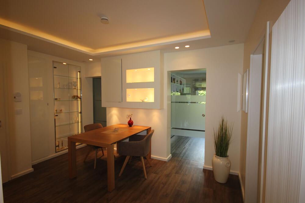 Flur mit Essbereich, Vinylboden, LED Funktechnik von Gira und Glasschiebetüren